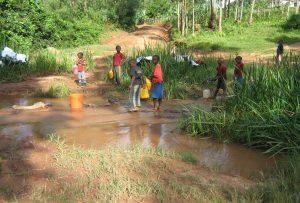 Børn henter vand i floden
