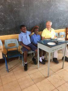 2 forældreløse drenge som får sponsoreret skolegang
